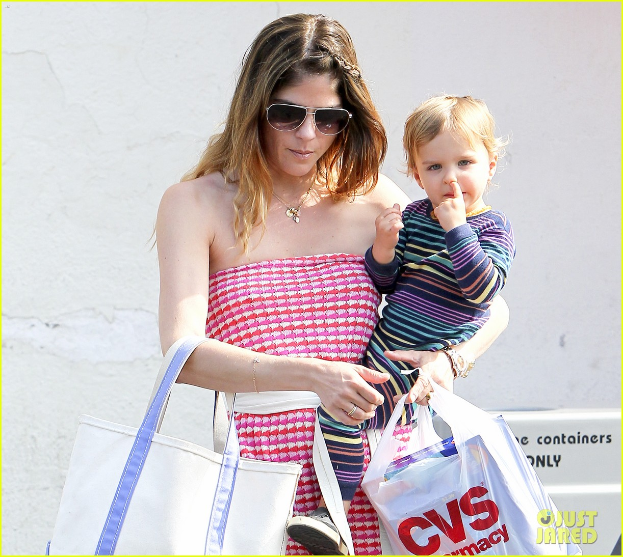 selma blair runs errands with nose picking arthur 02