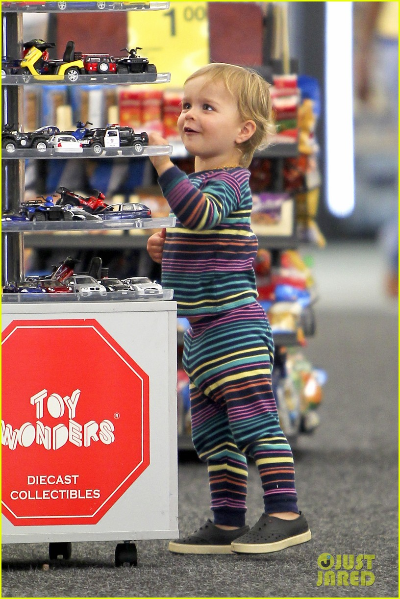 selma blair runs errands with nose picking arthur 09
