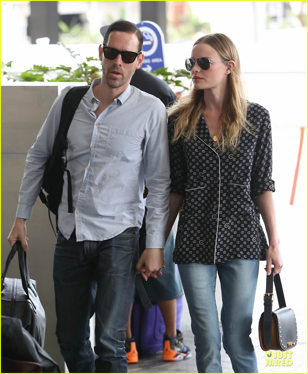 kate bosworth michael polish hold hands for south korea flight 04