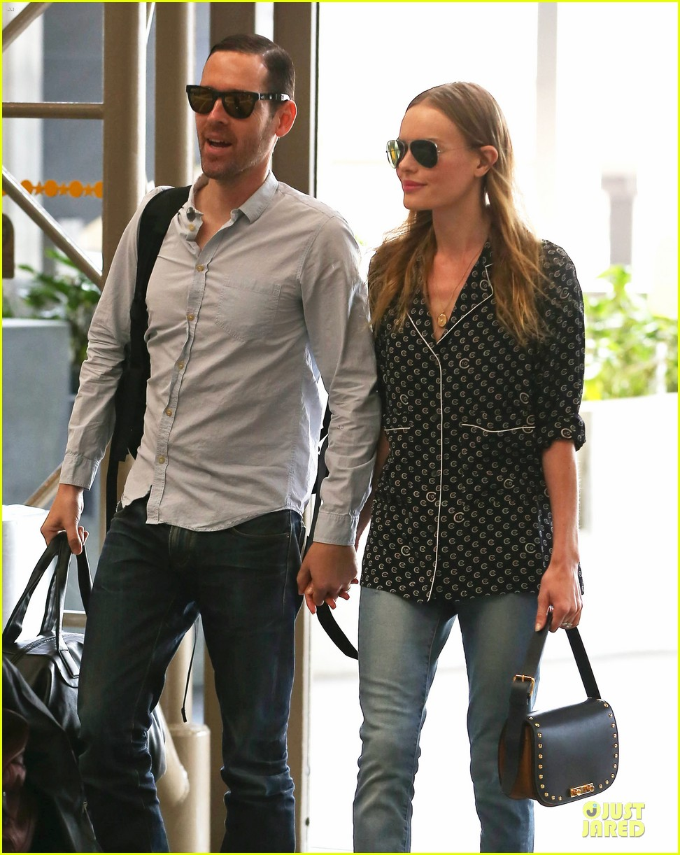 kate bosworth michael polish hold hands for south korea flight 102902132