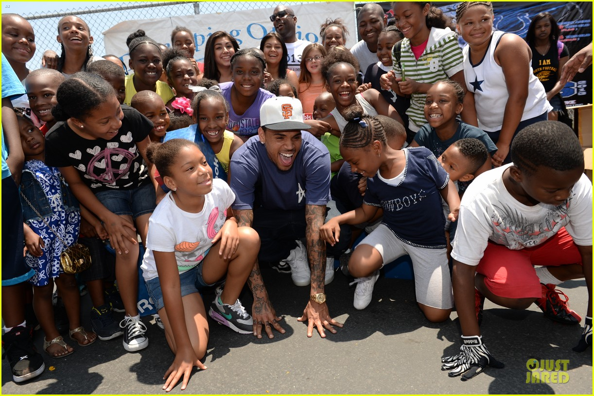 chris brown walk everywhere in unity shoes event 05