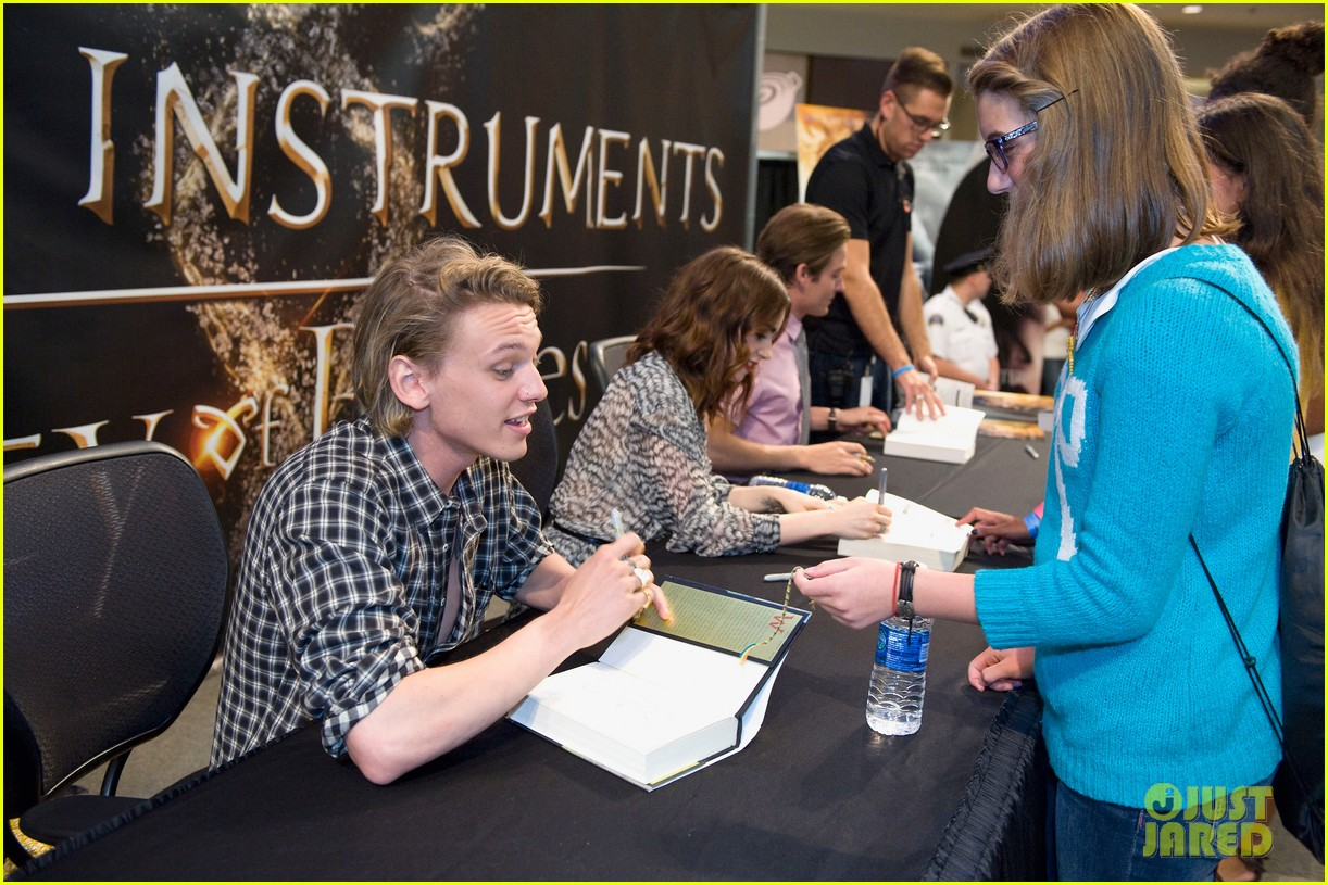 lily collins jamie campbell bower mortal instruments signing 142919124