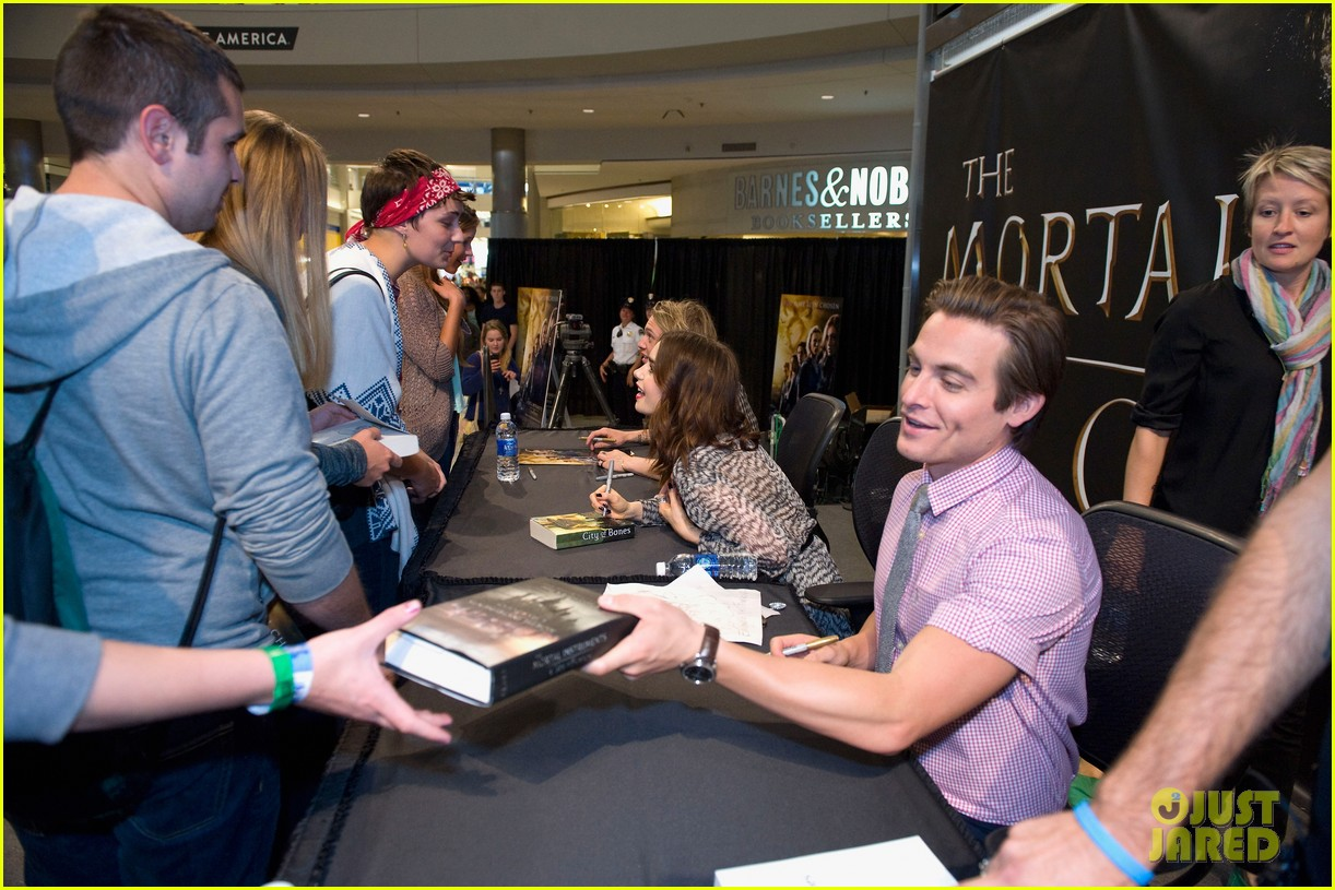 lily collins jamie campbell bower mortal instruments signing 162919126