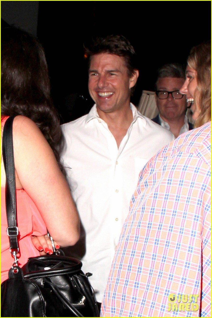 tom cruise chats up the ladies 042905437