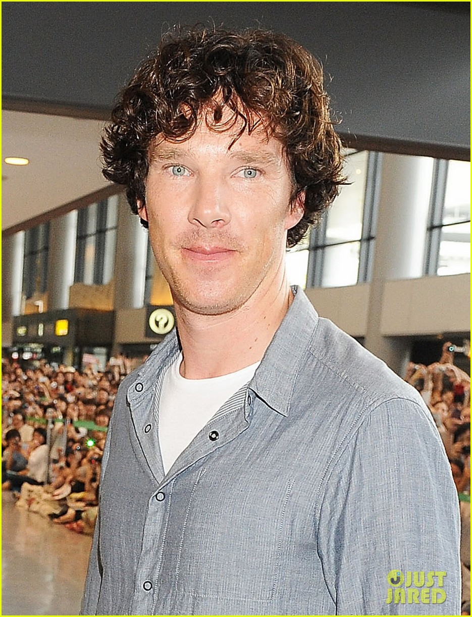 benedict cumberbatch arrives in japan after wrapping hobbit 02