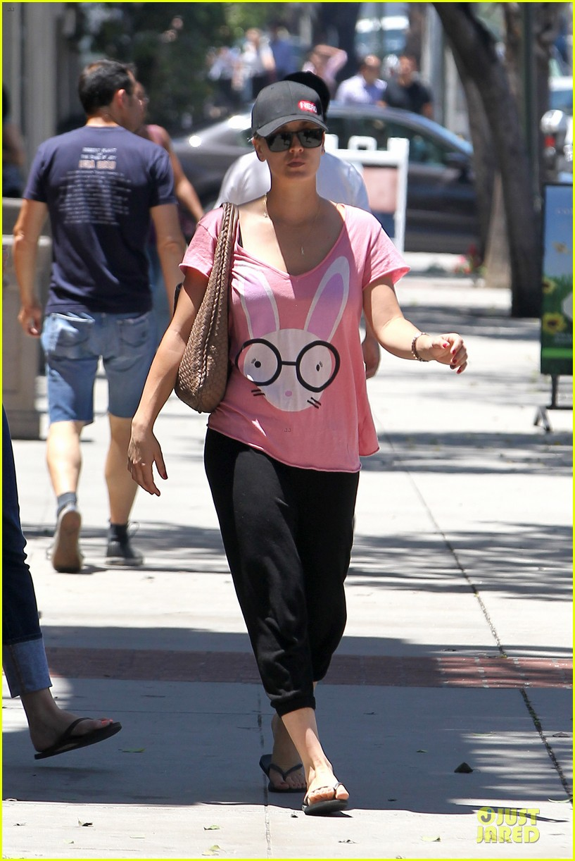 kaley cuoco pink bunny babe on the thirty 05
