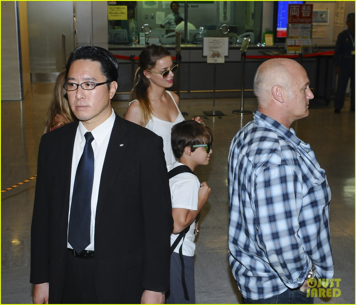 johnny depp japan arrivial with amber heard 052910242