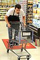 josh duhamel rides in shopping cart for diet pepsi event 05