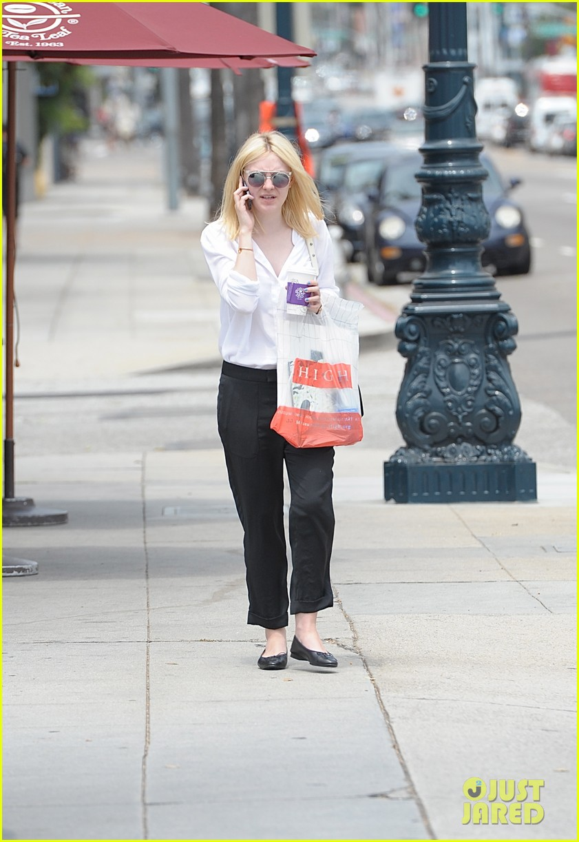 dakota fanning caffeinates at coffee bean 022902591