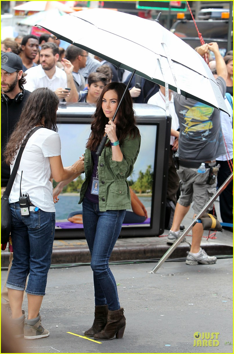 megan fox news reporter on teenage mutant ninja turtles set 012914715