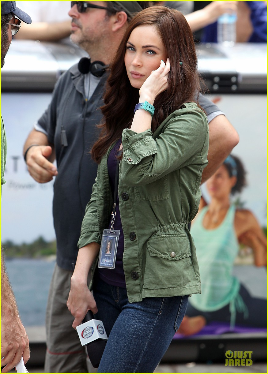 megan fox news reporter on teenage mutant ninja turtles set 02