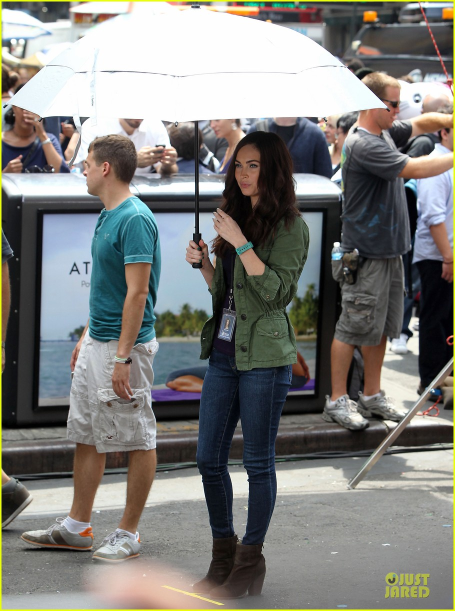 megan fox news reporter on teenage mutant ninja turtles set 15