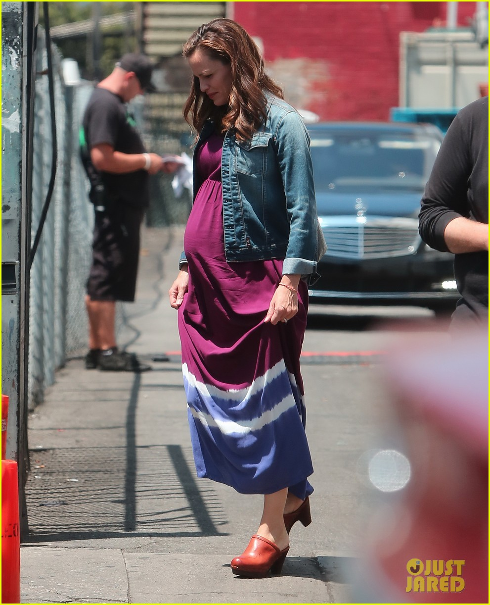 jennifer garner wears fake baby bump for imagine filming 172919488
