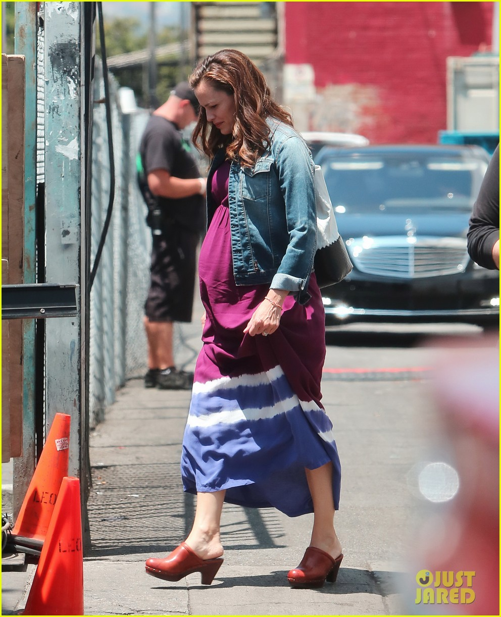 jennifer garner wears fake baby bump for imagine filming 18