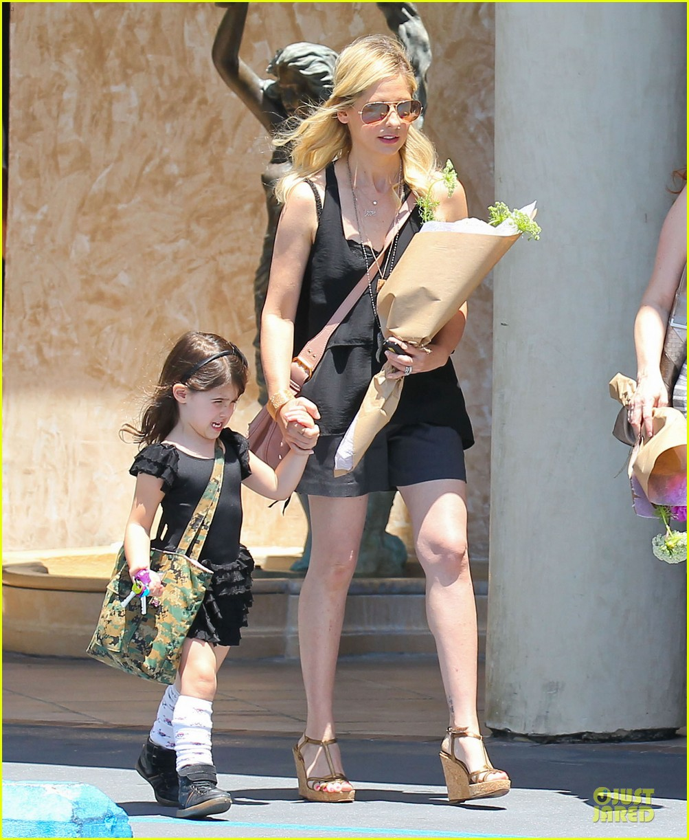 sarah michelle gellar flying with two kids alone is my latest milestone 08