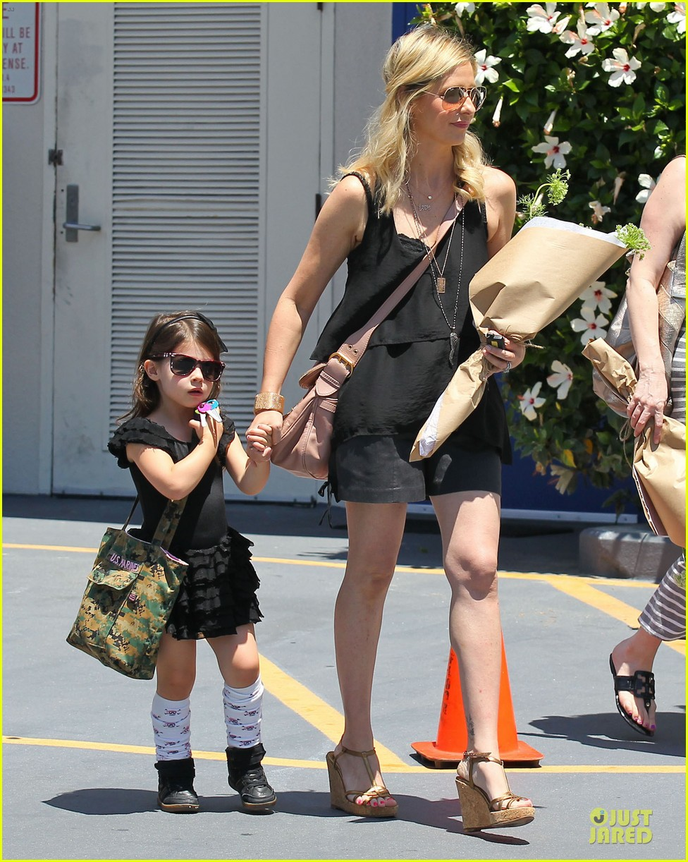 sarah michelle gellar flying with two kids alone is my latest milestone 19