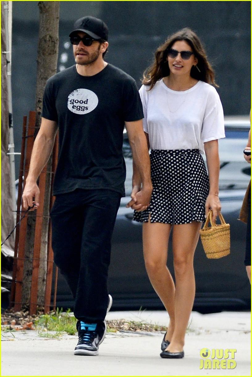 jake gyllenhaal alyssa miller holding hands 02