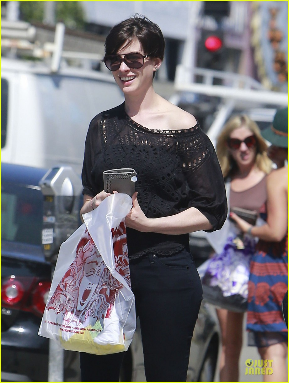 anne hathaway wasteland shopping with adam shulman 12