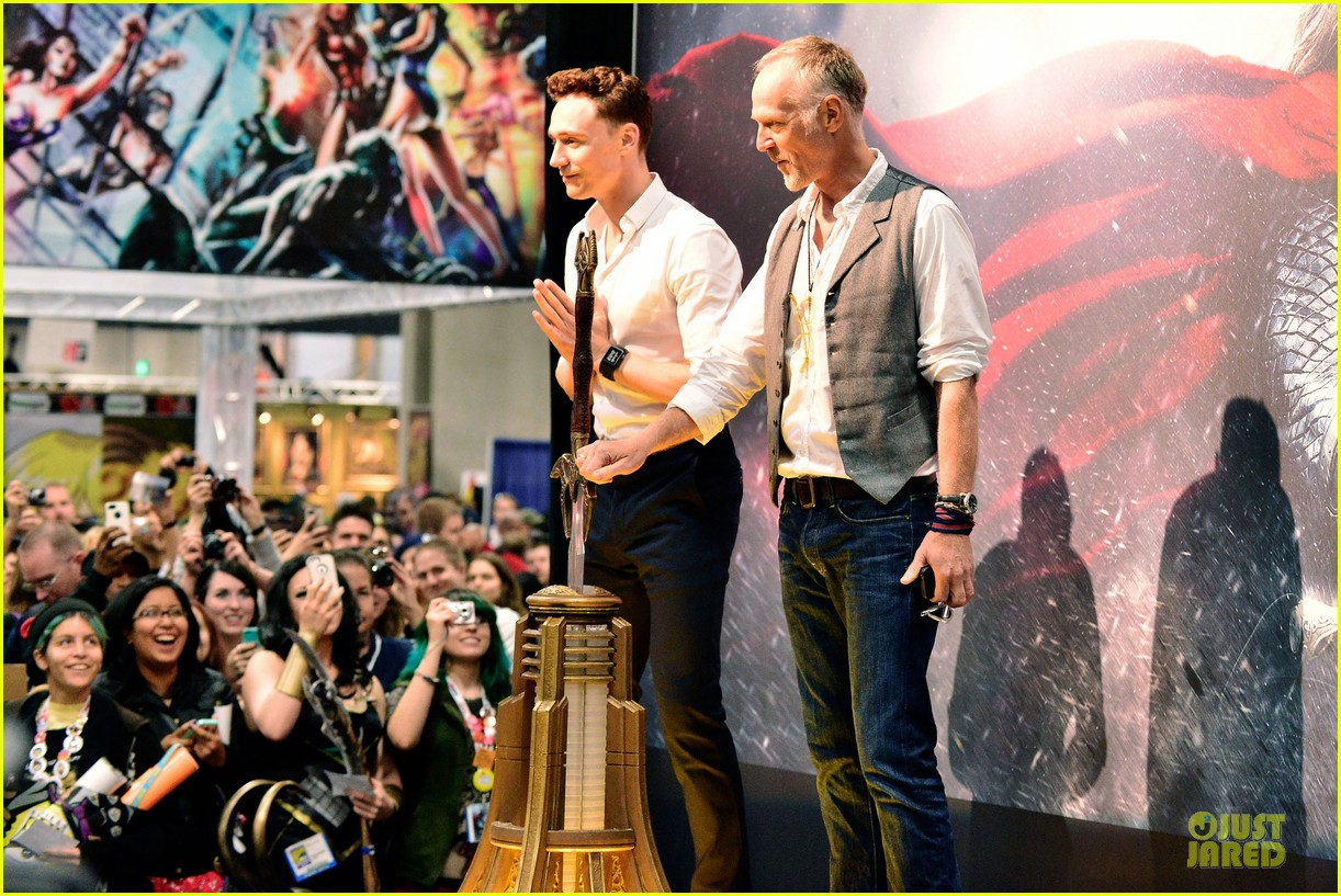 tom hiddleston thor autograph signing at comic con 052914441