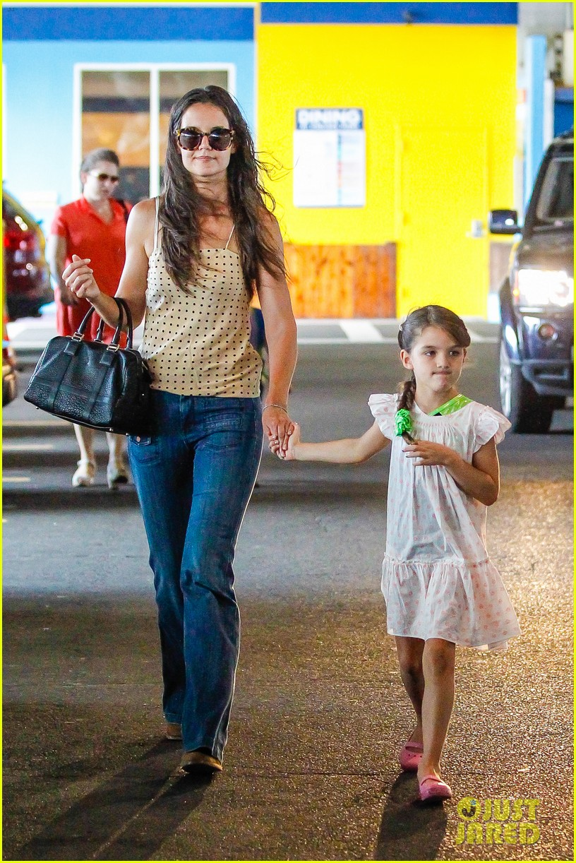 katie holmes picks suri up from gym class 01