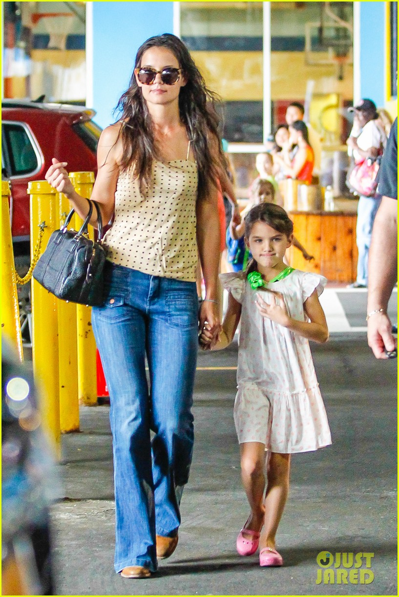 katie holmes picks suri up from gym class 02