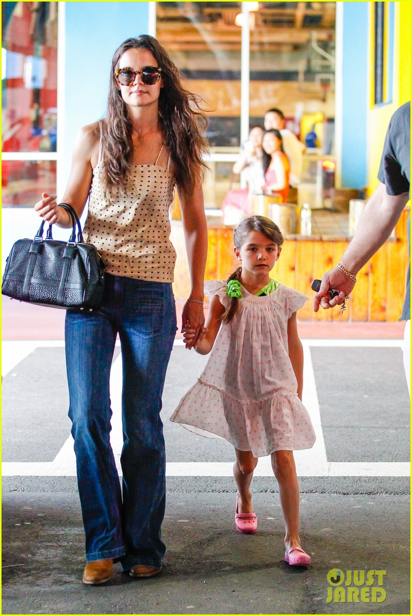 katie holmes picks suri up from gym class 09