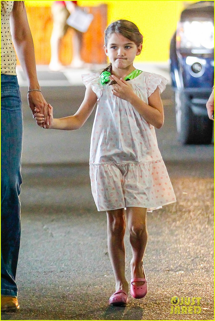 katie holmes picks suri up from gym class 13