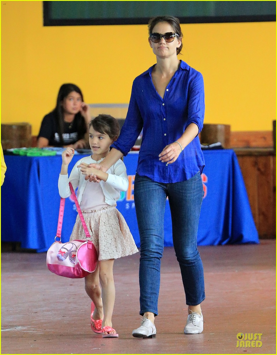 katie holmes suri hold hands before gymnastics 01