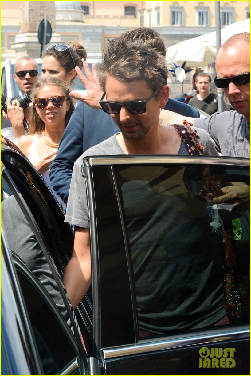 kate hudson matt bellamy fan friendly in rome 04