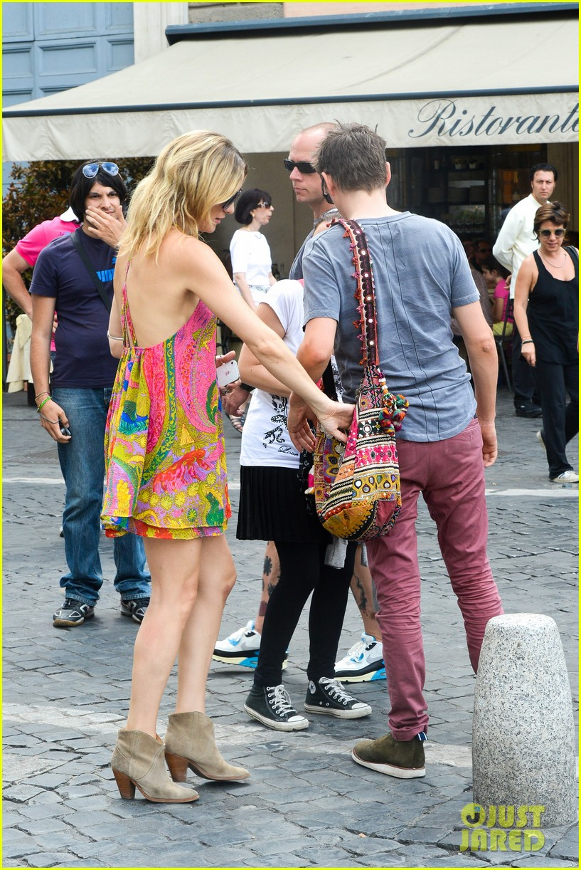 kate hudson matt bellamy fan friendly in rome 25