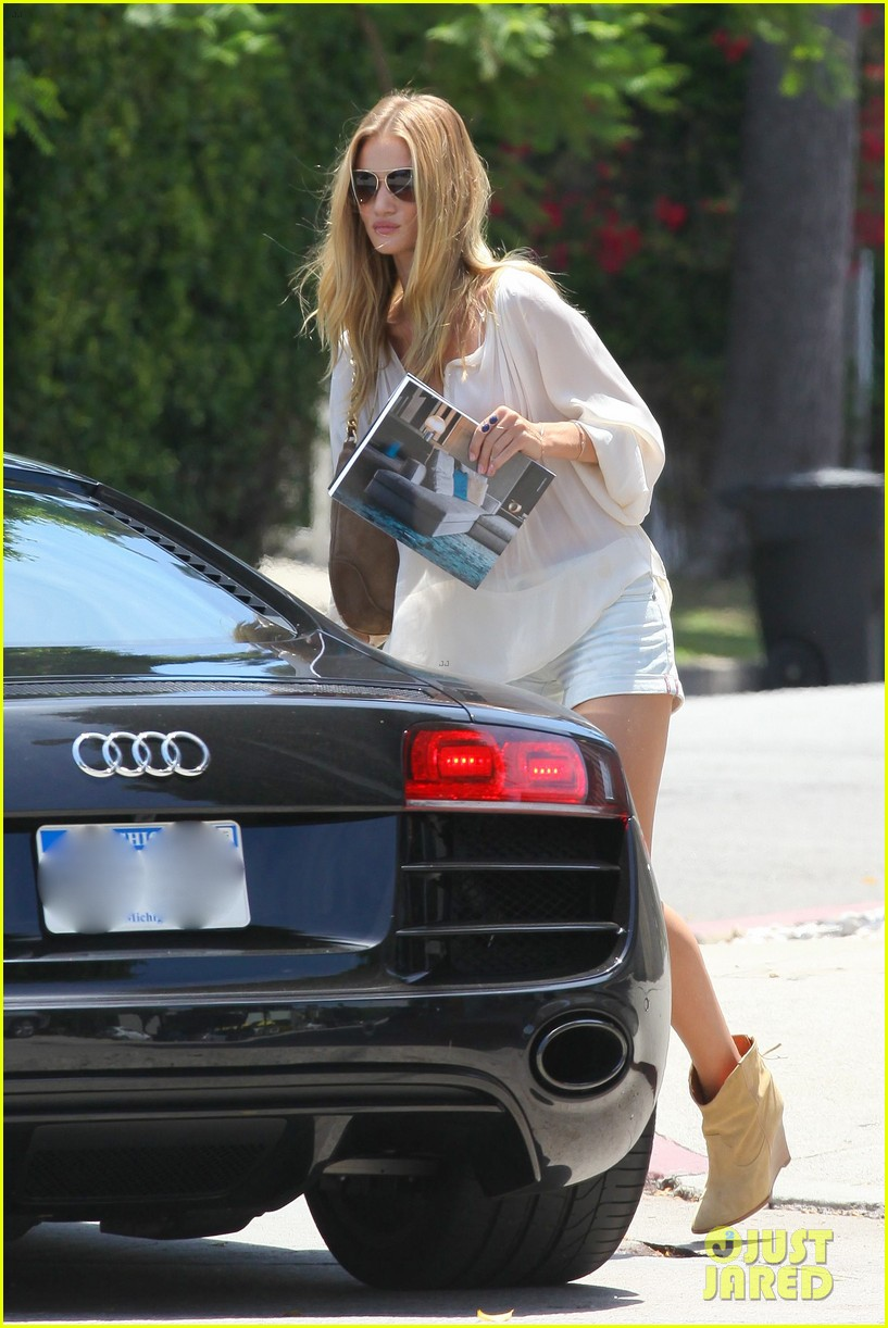 rosie huntington whiteley continues shopping for new home 062917017