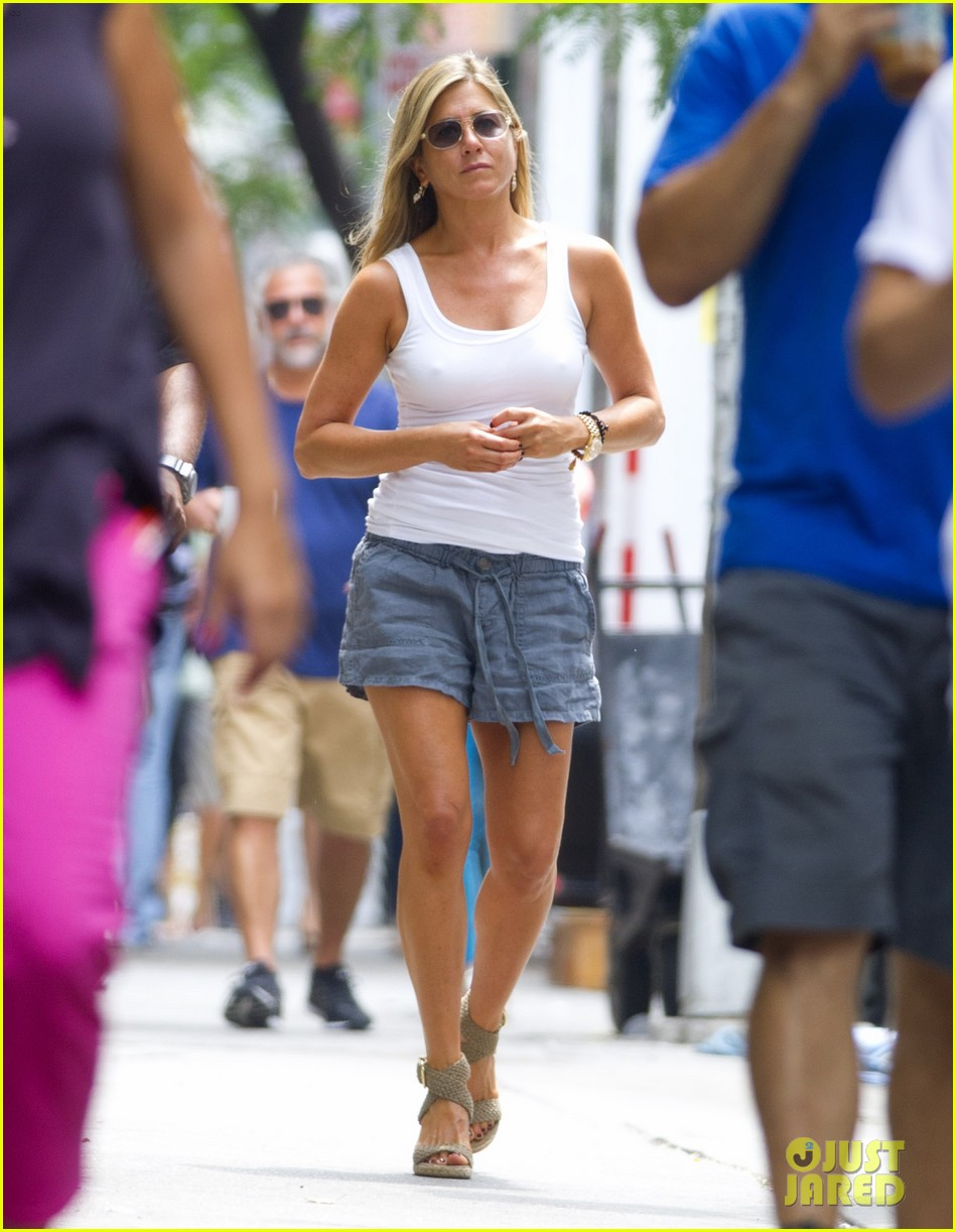 jennifer aniston beats the heat on squirrels to nuts set 132914641