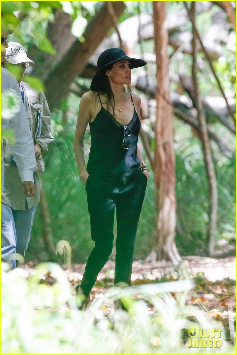 angelina jolie scouts filming locations in hawaii 012906627