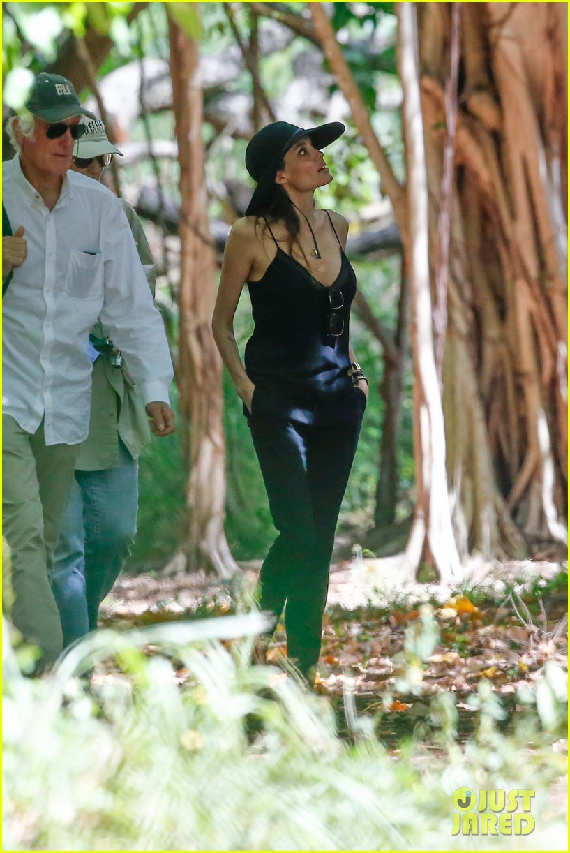 angelina jolie scouts filming locations in hawaii 07