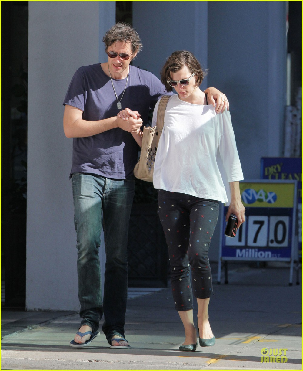 milla jovovich paul ws anderson hold hands in toronto 032909039