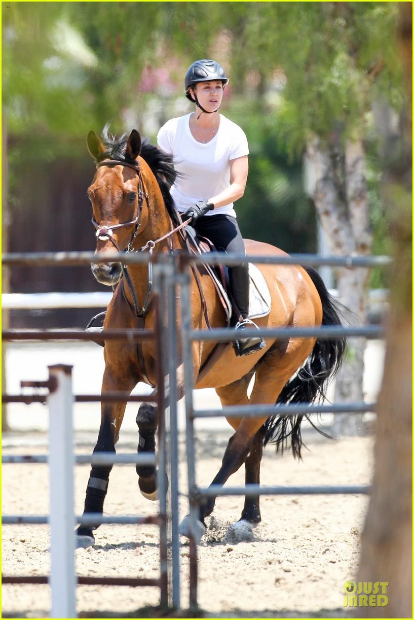 kaley cuoco horseback riding beauty 01