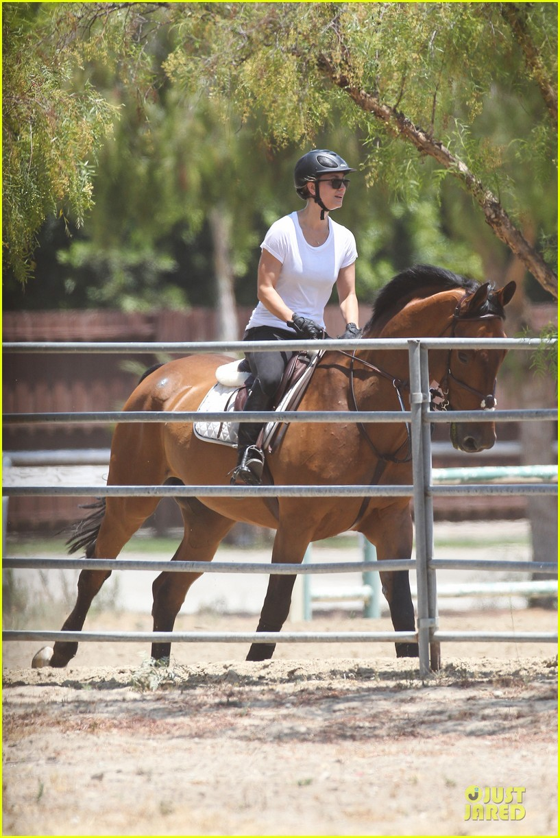 kaley cuoco horseback riding beauty 13