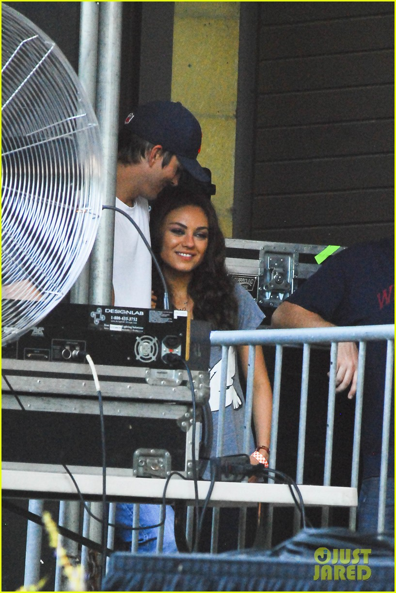 mila kunis ashton kutcher taste of chicago concert couple 052908252