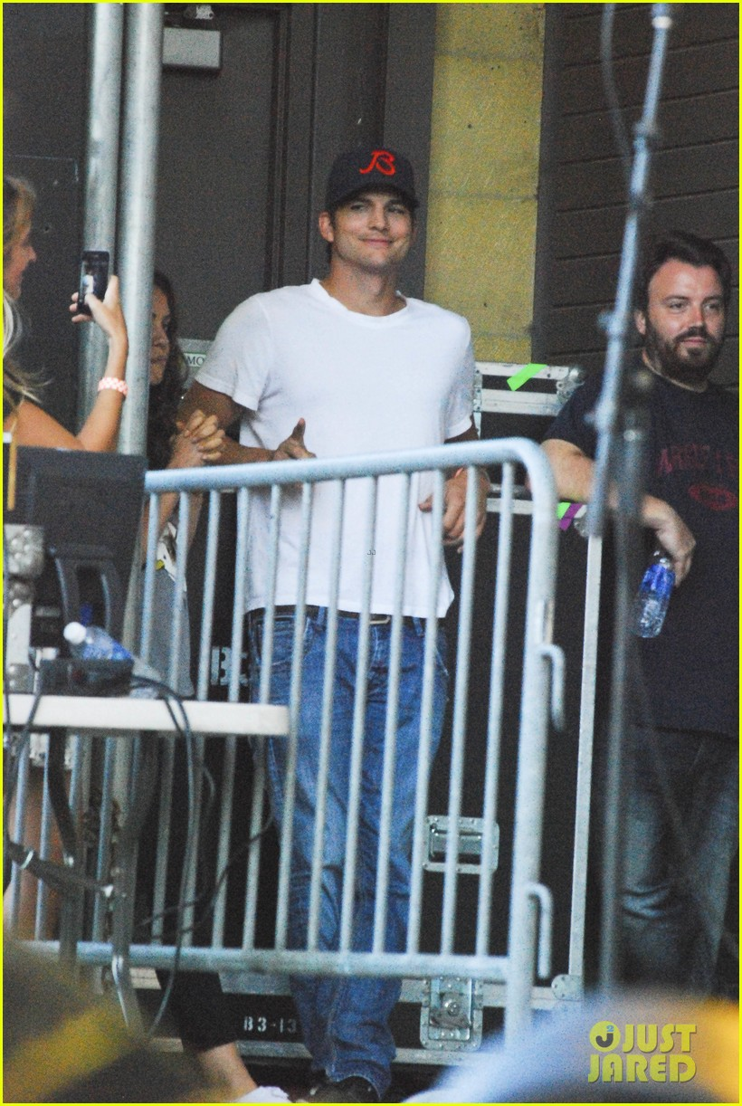 mila kunis ashton kutcher taste of chicago concert couple 122908259