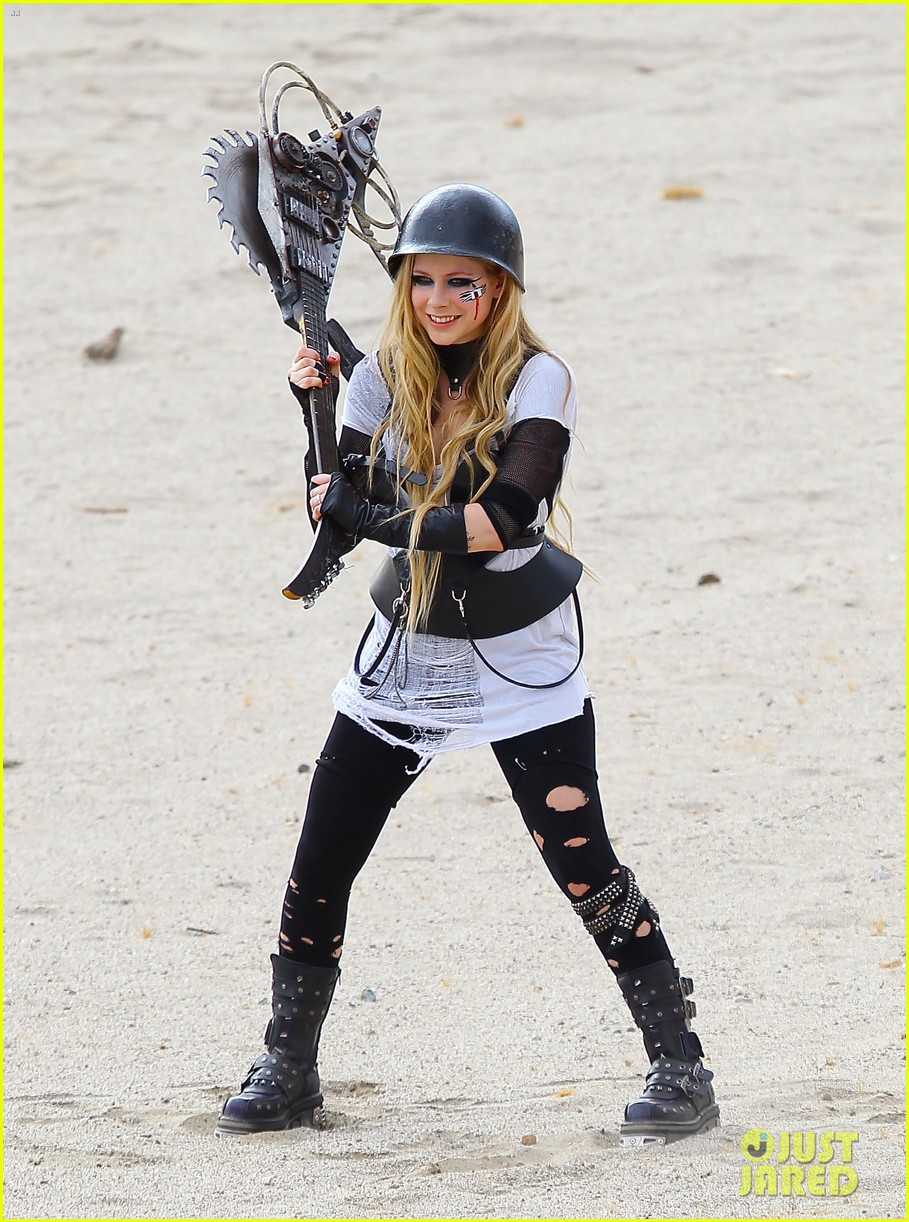 avril lavigne chainsaw action for rock n roll video shoot 06