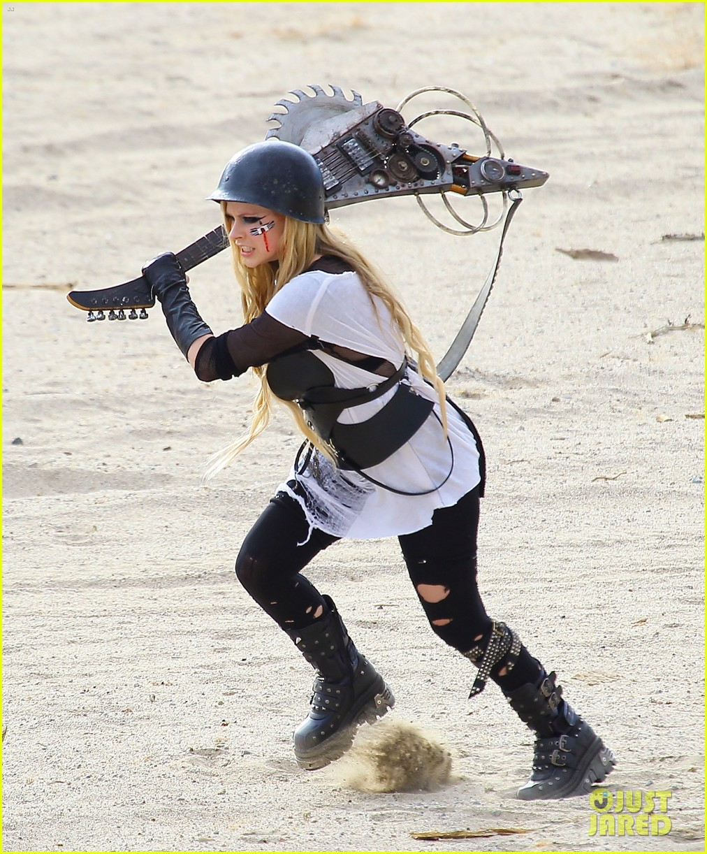 avril lavigne chainsaw action for rock n roll video shoot 15