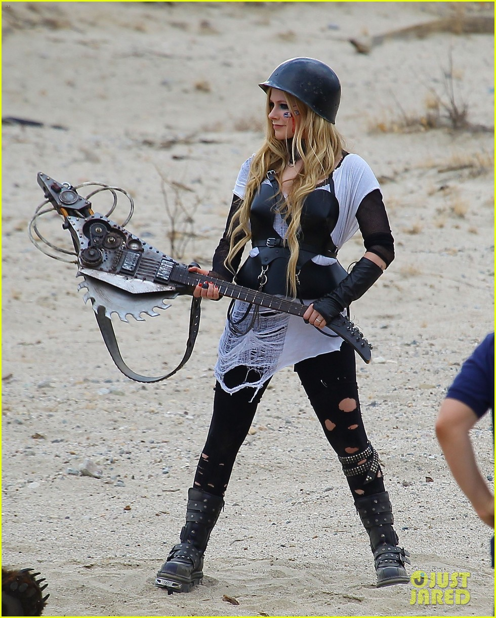 avril lavigne chainsaw action for rock n roll video shoot 19