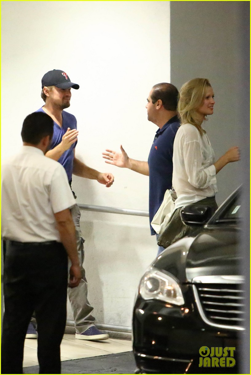 leonardo dicaprio thumbs up after toni garrn date 04