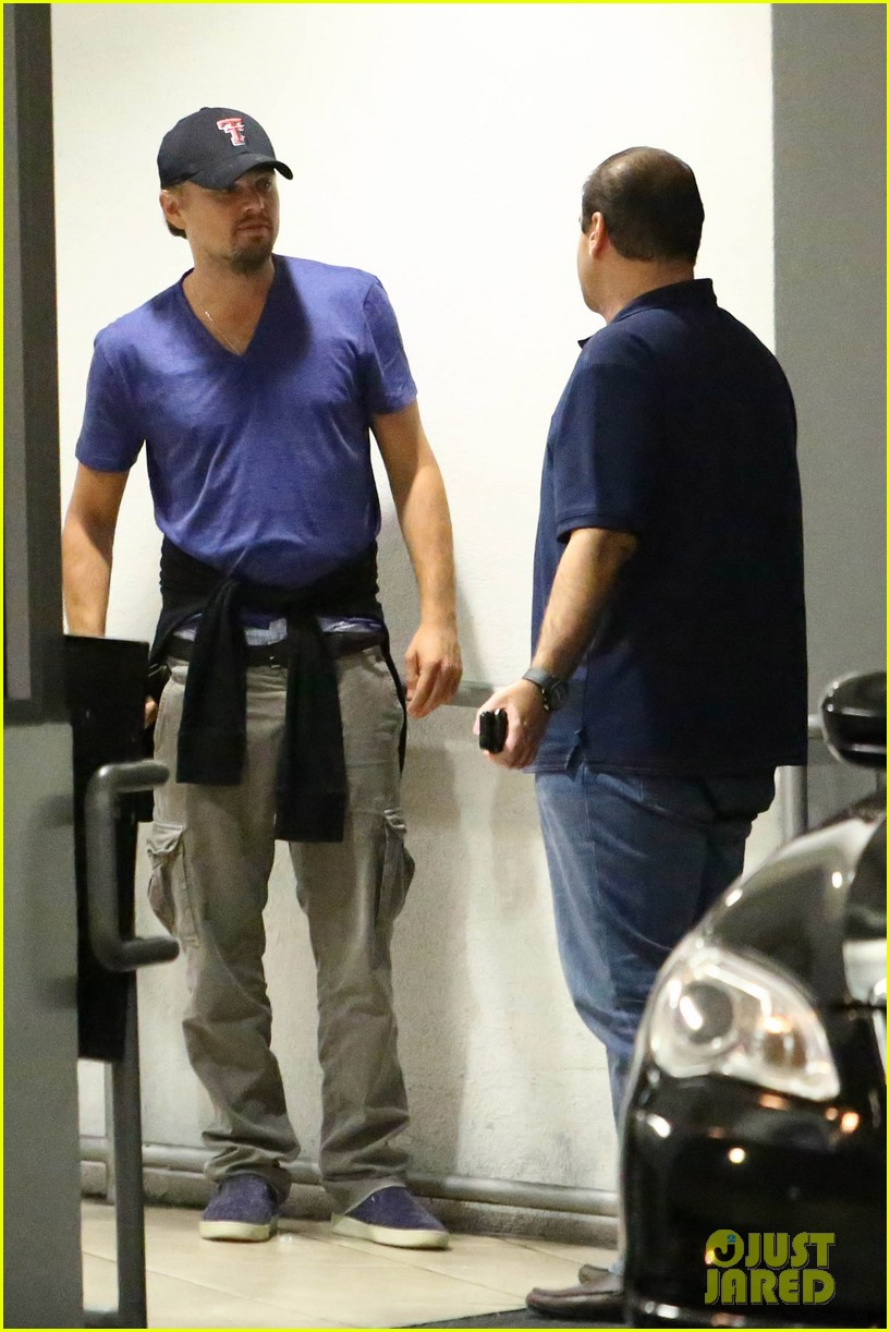 leonardo dicaprio thumbs up after toni garrn date 05