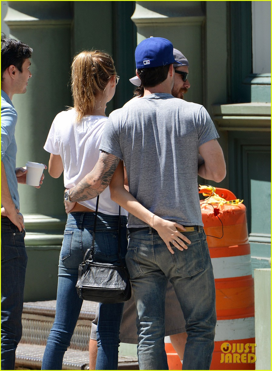 adam levine shaves beard shops with behati prinsloo 03