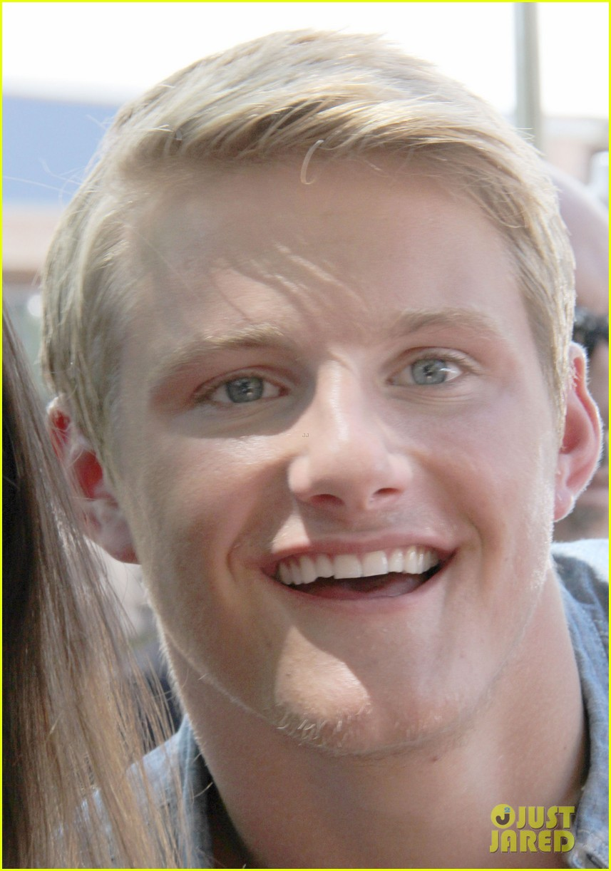 alexander ludwig visits extra at the grove 132906475