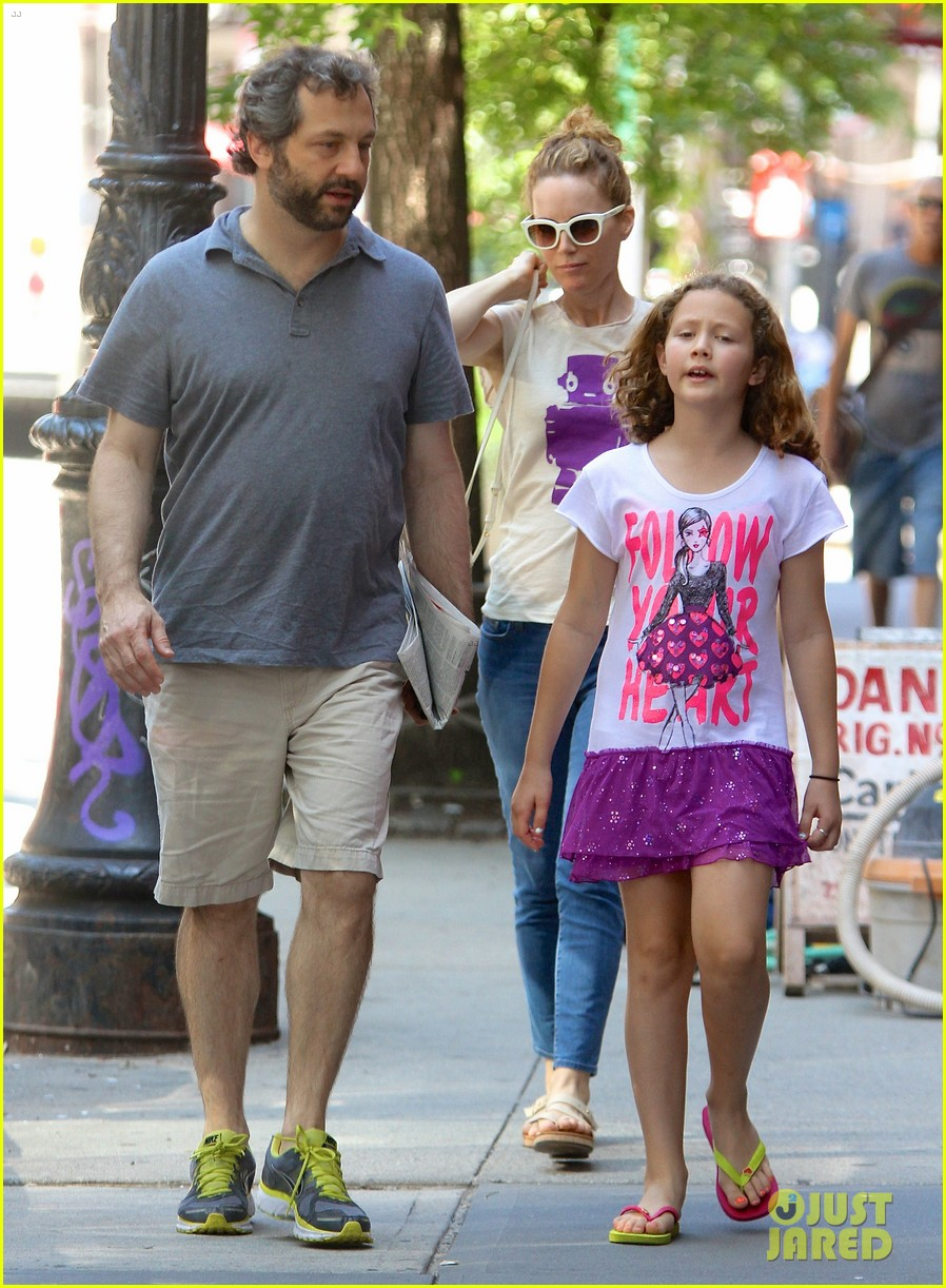 leslie mann judd apatow nyc stroll with iris 02