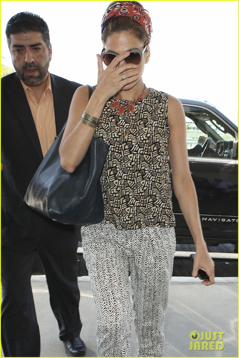 eva mendes flies out of los angeles 022907091