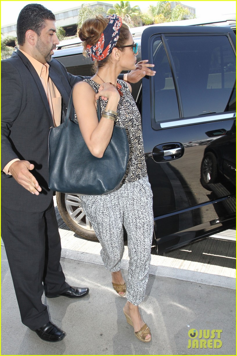 eva mendes flies out of los angeles 062907095