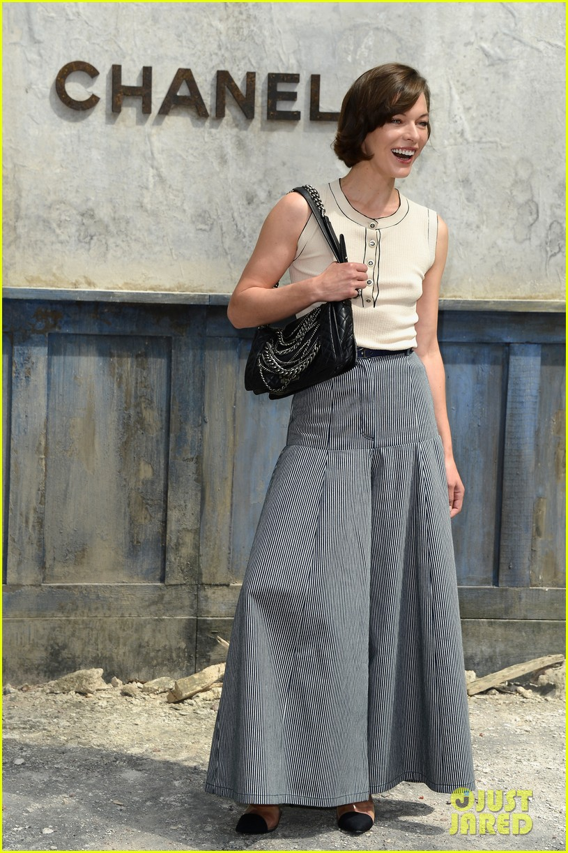 milla jovovich rose byrne chanel paris fashion show 01
